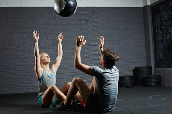 Una pareja haciendo CrossFit